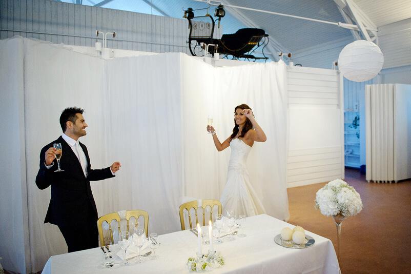Brudparet dansar in i festsalen på väg till sitt honnörsbord på Storstugan på Tjolöholms slott.