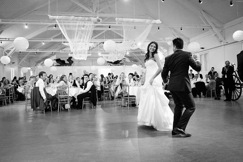 Och så lite mer dans. Brudparet har dansuppvisning på sitt bröllop i Storstugan på Tjolöholms slott.