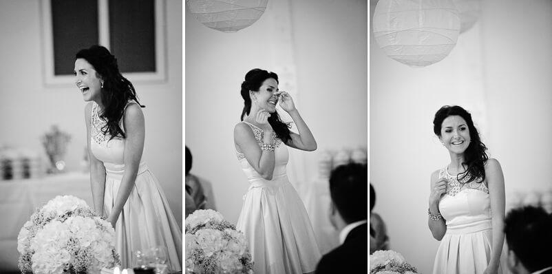 Brudens syster skrattar så hon gråter under sitt tal till brudparet. Storstugan på Tjolöholms slott.
