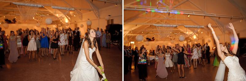 Bruden på bröllopet i Storstugan Tjolöholms slott kastar brudbuketten.